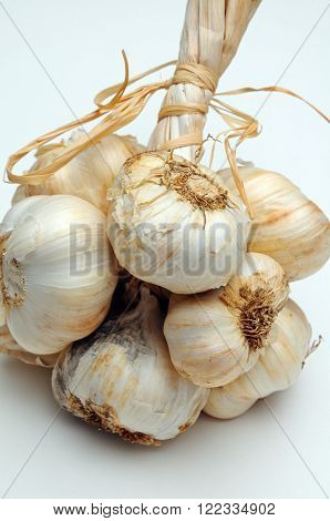Solvent Wight garlic grappe against a plain background