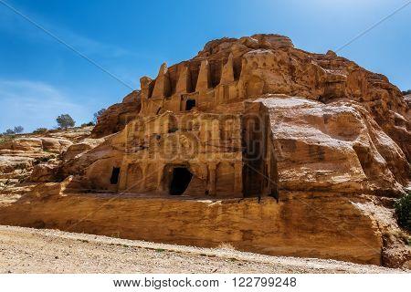Jordan. Peter. House in the rock by the roadside.Peter the ancient capital of the Nabataean kingdom carved into skalah.Dostoprimechatelnost Jordan.