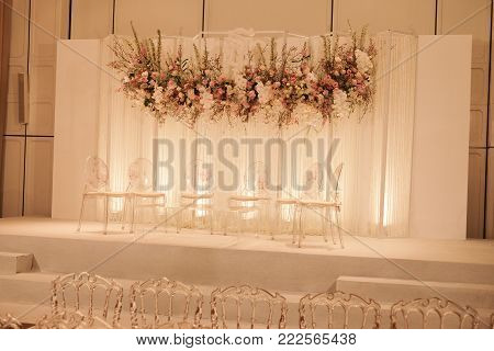 Asian Indoor Luxurious Wedding Decoration Stage With White Furnitures