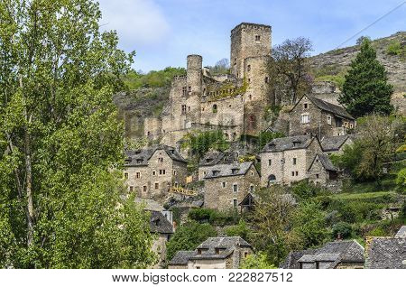 In the French department of Aveyron in the region of midi pyrenees is the villa of Belcastel classified as one of the most beautiful French villas and with a great medieval patrimony.