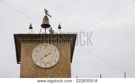 The Tower of Maurizio Orvieto. His clockwork mechanism, formed by a timepiece device and by an automaton that, connected thereto by a pin, turns on his side and delivers the time every hour, presents the oldest batter automaton documented still existing a