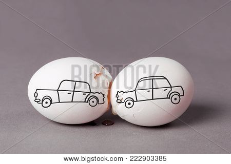 Staring the car in case of an accident. The car drove into the back of another car. A broken egg is a symbol of trouble or breakdown.