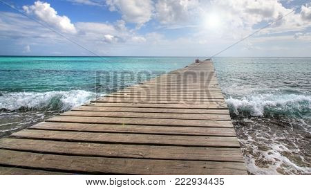 In the Caribbean, the pontoon to the horizon