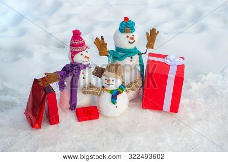 Christmas Snowman With Shopping Bag And Christmas Gift. Greeting Snowman Family, Parenthood Concept.