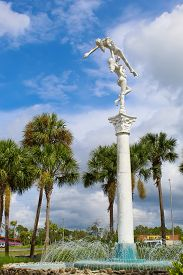 Mermiad Staute And Fountain In Front Of Weeki Wachee State Park On A Sunny Day. - Weeki Wachee Flori