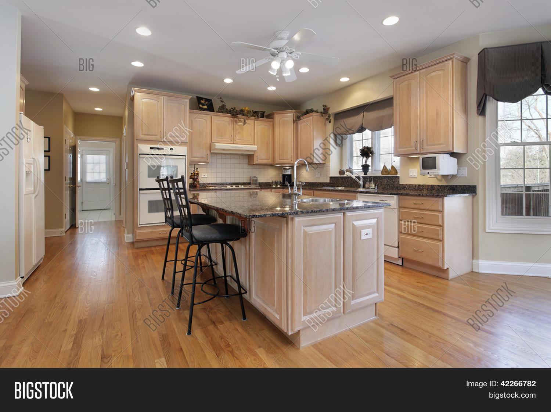 Imagen y foto Cocina En Casa Con Armarios De   Bigstock