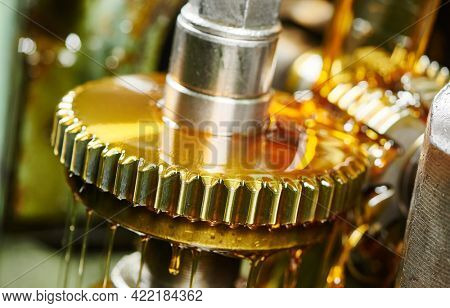 metalworking gear wheel machining with hob and oil lubrication
