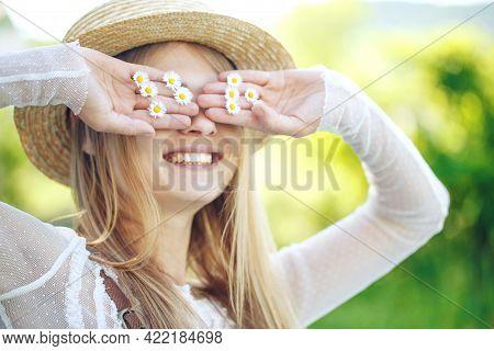 Beautiful Attractive Stylish Woman In A Straw Hat, Beautiful Chamomile Flower, Romantic Mood, Posing
