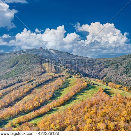 View from Artist's Bluff in autumn. Fall colours in Franconia Notch State Park. White Mountain National Forest, New Hampshire, USA