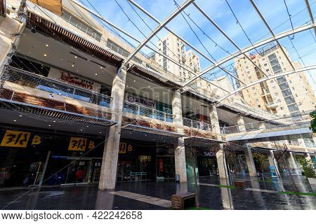 Jerusalem-israel. 01-27-2021. Ramot Mall On Golda Meir Boulevard, Empty Of People And All Stores Clo