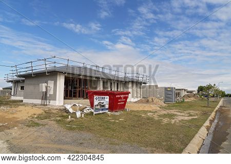 Mackay, Queensland, Australia - May 2021: A Suburban Street Filled With Homes Under Construction In