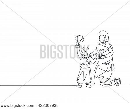 Single Continuous Line Drawing Of Young Arabian Mom Proud Of Her Daughter's Achievement Win The Trop