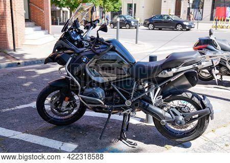 Bordeaux , Aquitaine France - 05 27 2021 : Bmw 1200 Gs L.c Adventure Motorcycle Bike R1200 In Street
