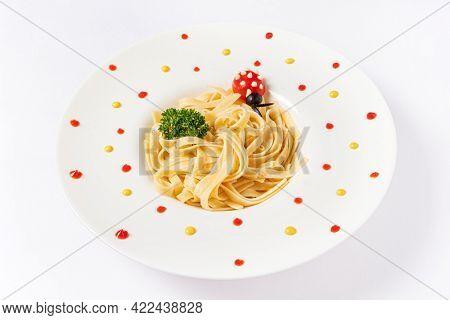 kids pasta with tomato ladybird