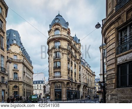 Paris, France, Fev 2020, View Of The Monteverita Art Gallery Building In The 3rd District Of The Cap