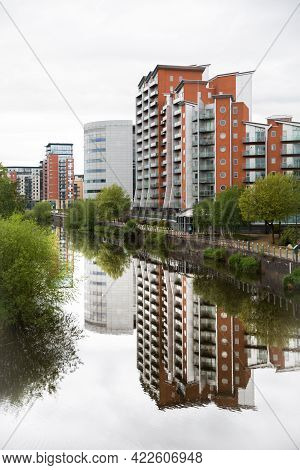 Leeds, Uk - May 25, 2021.  Waterfront Apartment Blocks With A Riverside View In Leeds City Centre