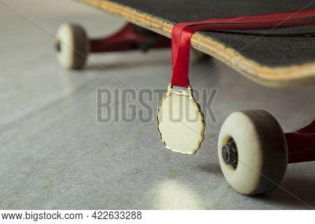 Skateboard With Gold Medal.\\nskateboarding Concept. Medal Concept.