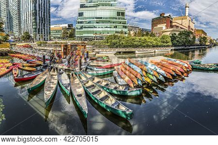 Boston, Usa - September 13, 2017: People Rent A Canoe For Exploring Boston Water Canals By Boat.