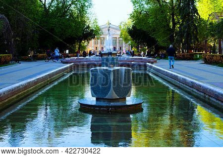 Ternopil, Ukraine-may 11, 2021:scenic Landscape View Of Shevchenko Boulevard With Fountain Called Th