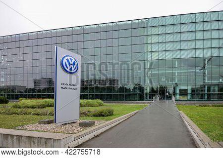 Germany Dresden Phaeton - August 2015: Volkswagen Plant Logo. Greenery Near A New Building. Glaesern