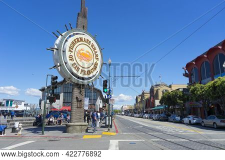 San Francisco,usa - April 18,2018 : Sunny Day View Of Fisherman\'s Wharf On Jefferson St In San Fran