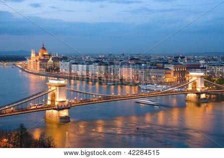Budapest, Nachtansicht der Kettenbrücke über die Donau und die Stadt Pest
