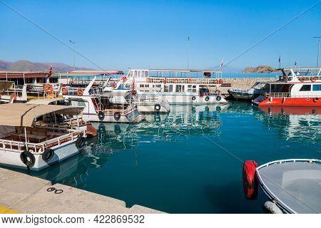 Tourist Boats In Bay On Van Lake, Near Gevaş, Turkey. Famous Tourist Sight - Akdamar Island With Cat