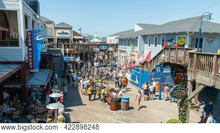 San Francisco, California, Usa - August 2019: Fisherman's Wharf Full Of Tourists Visiting And Shoppi