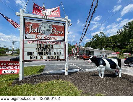Lake Katrine, Ny - Usa - June 5, 2021: Landscape View Of The Historic Jolly Cow, A Legendary Roadsid