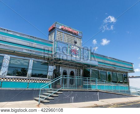 Airmont, Ny - Usa - May 27, 2021: Landscape View Of A Classic Greek Diner In Airmont, Ny. Chrome And