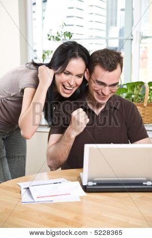 glückliches paar online-banking