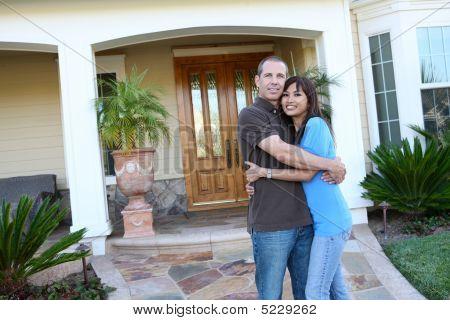 Dulce pareja en casa
