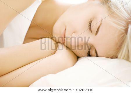 Portret van een mooie slapende vrouw (ondiepe DoF, focus op de ogen)