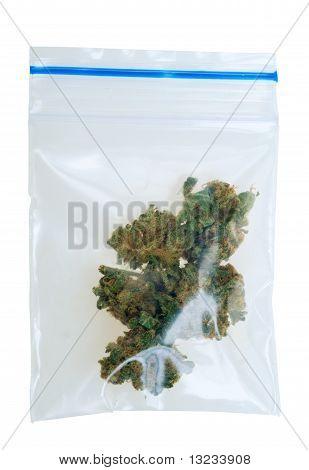 Stücke von Cannabis In einem Plastikbeutel