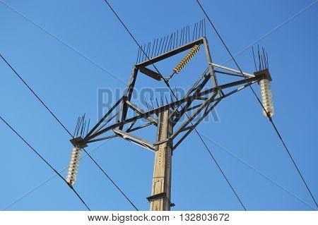 Poste de luz eléctrica en el campo.