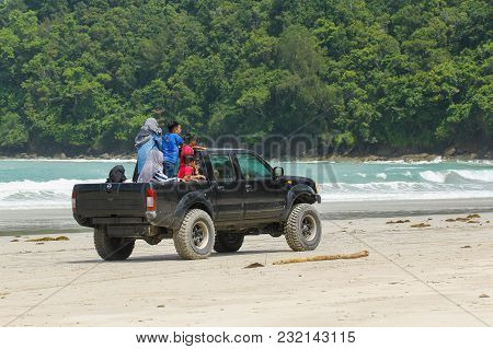 Kudat,sabah-feb 3,2018:a Black 4wd Nissan Frontier 2004 Model Types Crew Cab With Kids Enjoying Driv