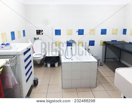 Rishon Le Zion, Israel-march 21, 2018: Bathroom Room With White Bathtub In The Hospital In Rishon Le
