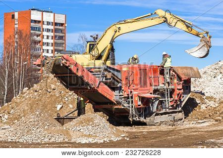 Crawler Mobile Crusher And Excavator Crushing Concrete