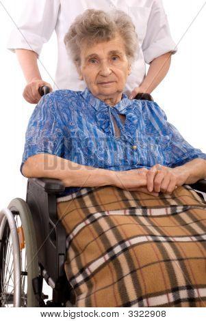 ältere Frau in Rollstuhl