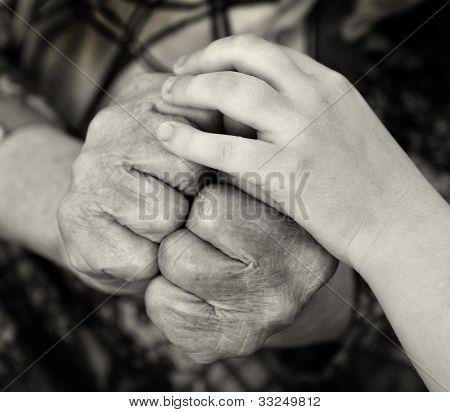 Die alte Frau und Kind Hände oben