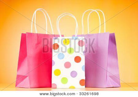 Bolsas de papel colorido fondo degradado