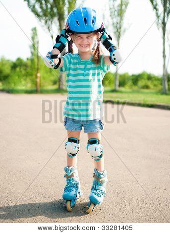 Niña en patines en un parque