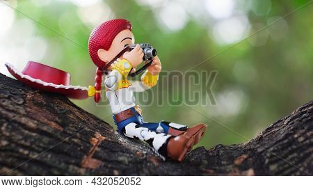 Thailand -august 12, 2021: Jessie Figure Model. Jesse Sits On The Tree For A Photoshoot. Feeling Rel