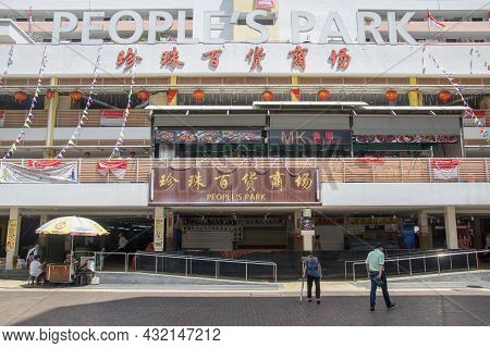 Singapore- 6, Sep 2021: People's Park Food Center Located In Chinatown Singapore.it Is One Of The Mo