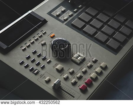 Making Hip Hop Beats On A Drum Machine Controller And Turntables In A Home Studio