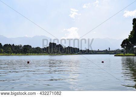 Lago Con Horizonte Lleno De Arboles Y Montañas