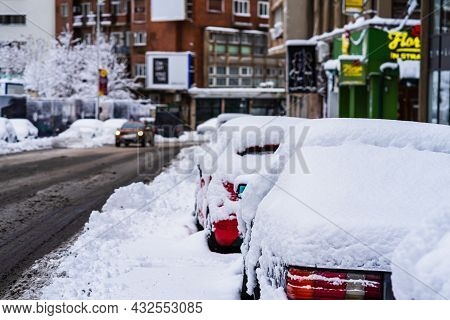 Perfectly Shaped Snow, Snowy Environment In The Morning. Winter Concept, Frozen And Snow Covered Pla