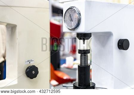 Diamond Head Pin And Adjustment Move Up Down Table Of Hardness Tester Machine For Inspection Propert