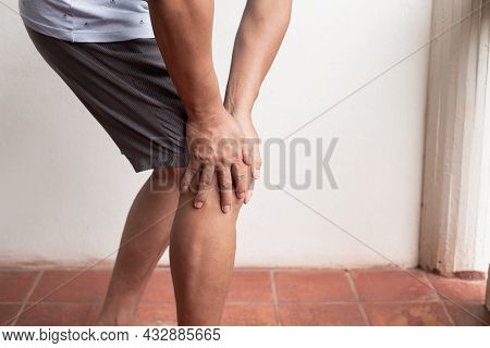 A Man Supporting Herself From Numbness, Muscle Weakness, Pain, And Tingling In The Knee Nerve Ending