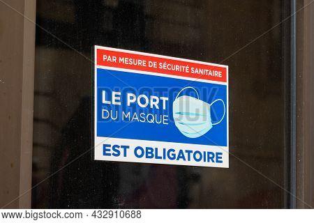 Bordeaux , Aquitaine  France - 09 10 2021 : Port Du Masque Obligatoire Text French Sign On Windows S
